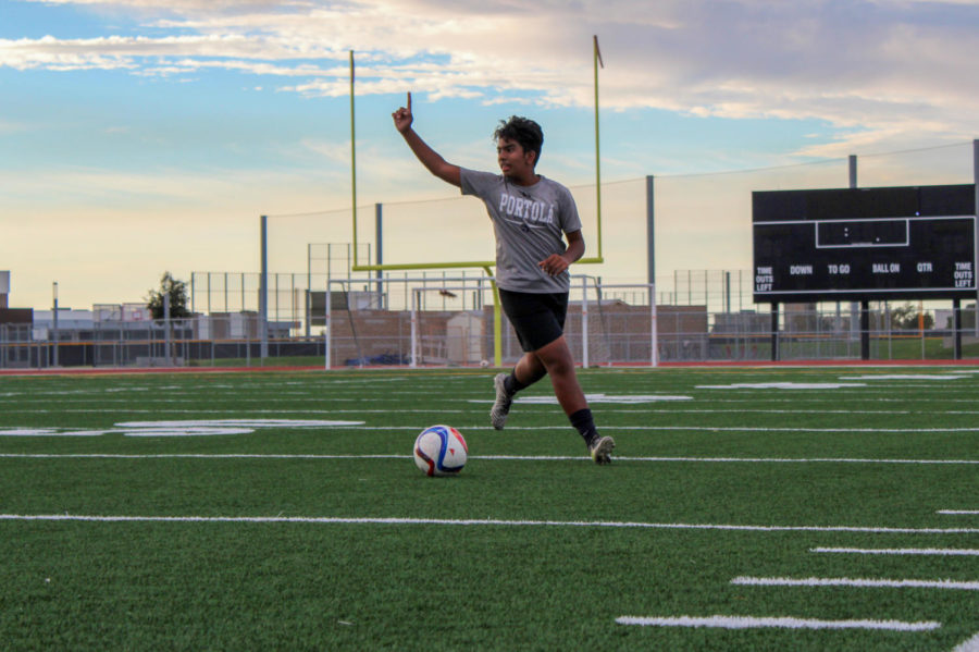 +Sophomore+Zaid+Khan+signals+to+his+teammates+as+he+gains+possession+of+the+ball.%0A