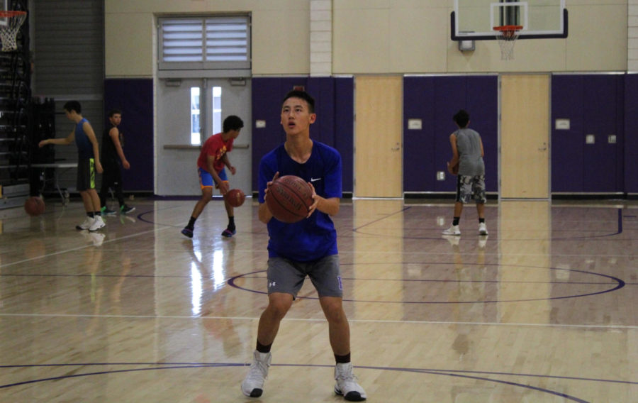 Sophomore+Jeffrey+Chen+attempts+to+make+a+basket+during+a+drill+at+practice.