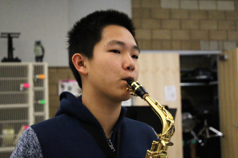 Freshman+and+lead+alto+saxophone+Kevin+Du+warms+up+for+first+period+jazz+band+with+the+song+%22Bluestart.%22+