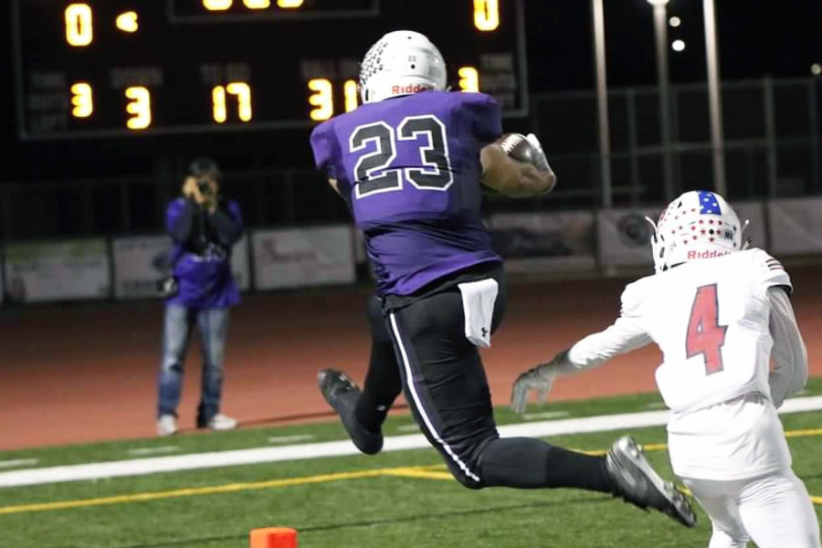 Tight end and senior Joey Omar scores a touchdown in the first quarter, putting Portola in the lead with the score of 6-0.
