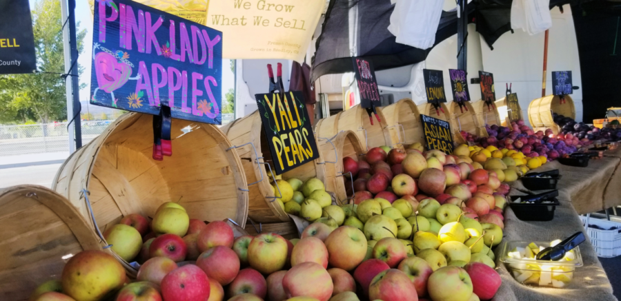 Weekly vendors at the OC Great Park market sell locally-grown fruits and vegetables and exclusive, artisan-made products. The farmers market takes place in the Great Park on Sundays from 10 a.m. to 2 p.m.