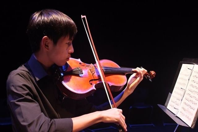 Senior+Wesley+Tjangnaka+practices+his+viola+to+prepare+for+his+solo+performance+in+%E2%80%9COctober.%E2%80%9D+Because+he+is+performing+for+both+Concert+and+Symphonic+Orchestra%2C+he+has+more+pieces+to+practice+than+others.