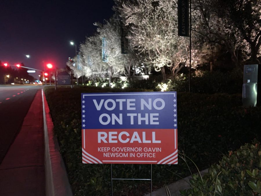 A+sign+on+Irvine+Blvd.+urging+California+voters+to+vote+%E2%80%9Cno%E2%80%9D+in+the+Sept.+14+recall+election.+With+an+increasing+shift+to+the+left%2C+the+majority+of+California%E2%80%99s+45th+district+voted+to+keep+Newsom+in+office+according+to+the+New+York+Times.+